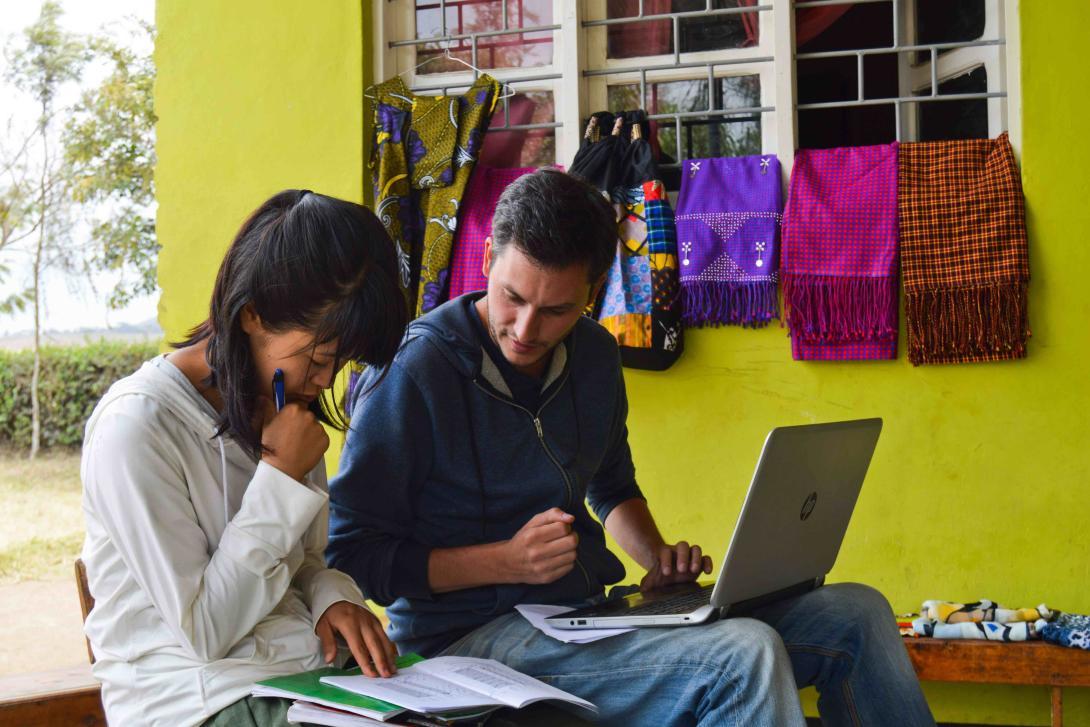 Nuestros voluntarios ingresando datos en nuestra Base de Datos de Impacto Global durante una visita a un proyecto.